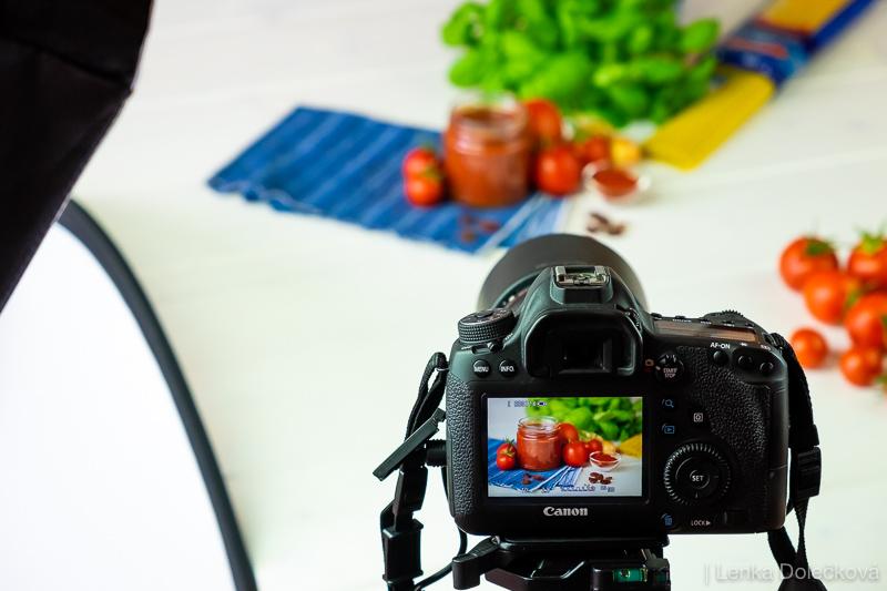 Backstage z fotografování rajčatové omáčky.