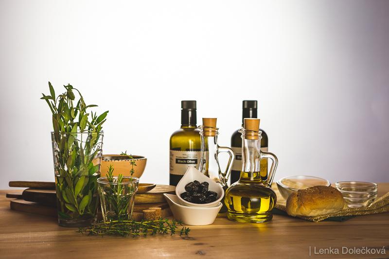 Suroviny a rekvizity k fotografování olivového oleje.