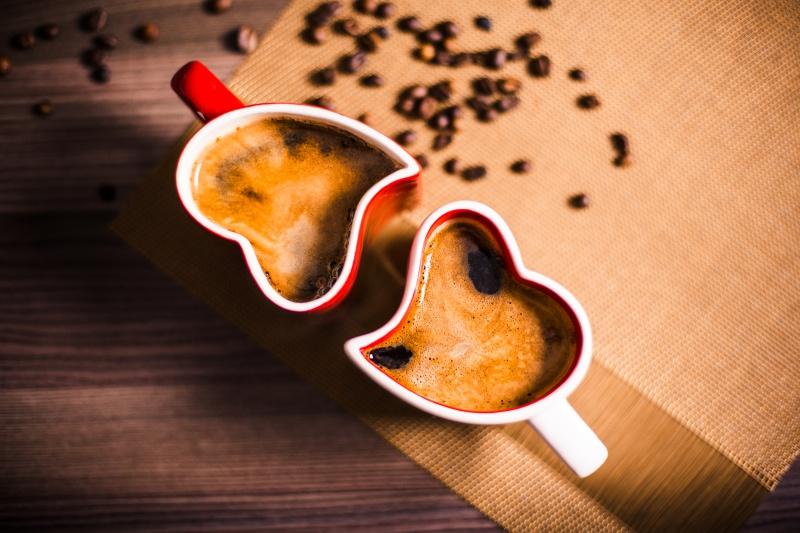 Šálek kávy a kávová zrna.