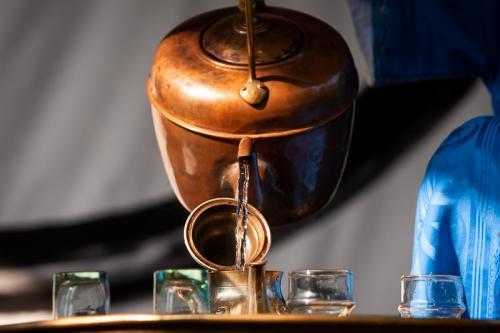 Připrava arabského čaje Šaj Bil Nana.