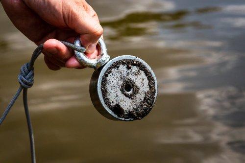 Železné špony přichycené na neodymovém magnetu.