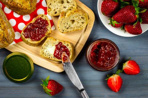 Komponovaná fotografie jahodového džemu, pohled shora.