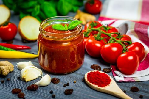 Komponovaná fotografie rajčatové omáčky.
