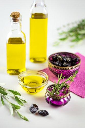 Olivový olej s černými olivami.