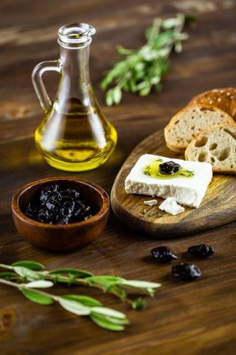 Olivový olej s feta sýrem.