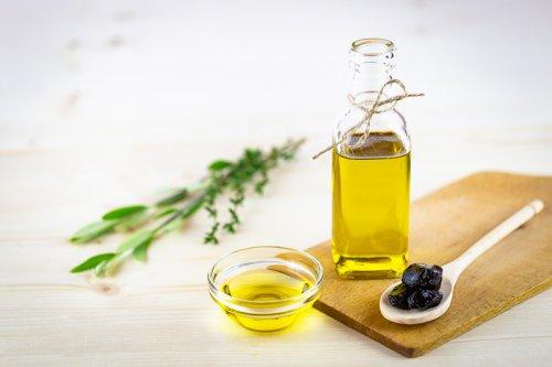 Olivový olej v karafě s černými olivami.