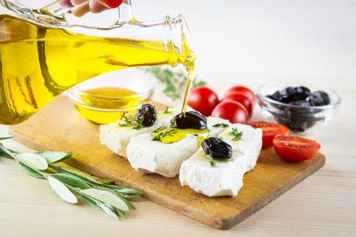 Panenský olivový olej a feta sýr s rajčaty.