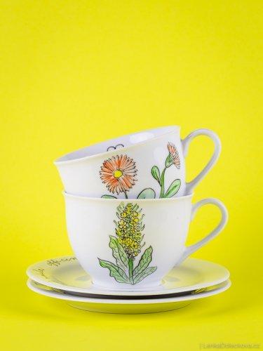 Produktová fotografie autorské keramiky na barevném pozadí.